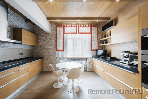 Камень на стенах кухни