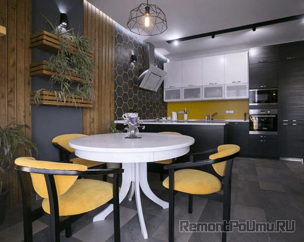 Стены на кухне отделаны вагонкой фото